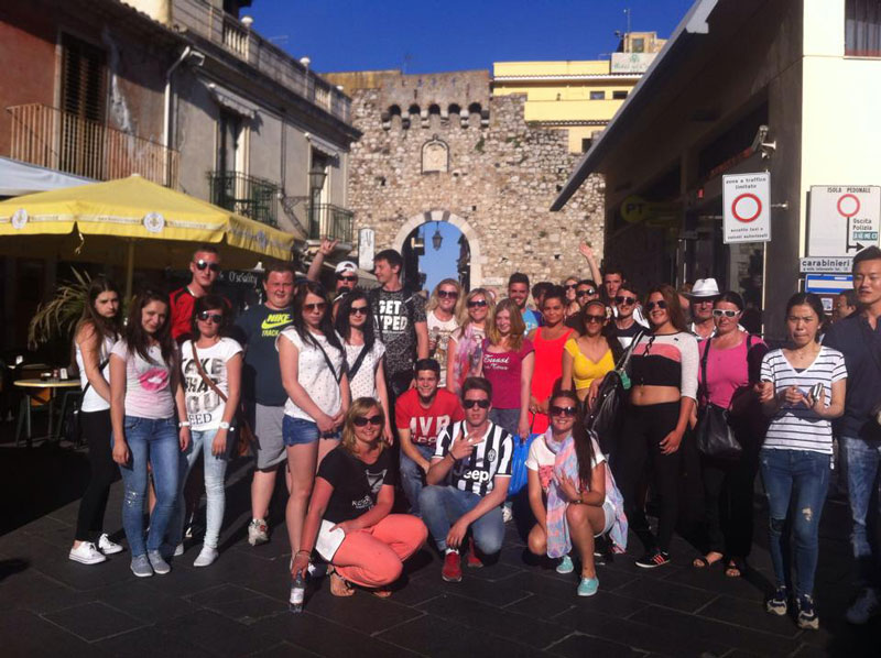 big group of eprojectconsult students at taormina visit